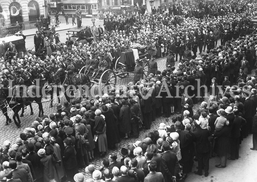 The coffin of Michael Collins travels through Sackville (O'Connell) St en route to Glasnevin Cemetery. (Part of the Independent Newspapers Ireland/NLI Collection)