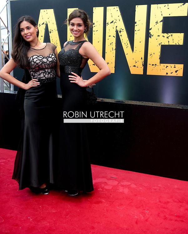 AMSTERDAM - Yasmin Verheijen (L) en Tatjana Maul op de rode loper voorafgaand aan de premiere van de theatervoorstelling ANNE. COPYRIGHT ROBIN UTRECHT