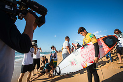 October 20, 2018 - Peniche, Portugal - Brazilian surfer Gabriel Medina prays before entering the water. (Credit Image: © Henrique Casinhas/NurPhoto via ZUMA Press)