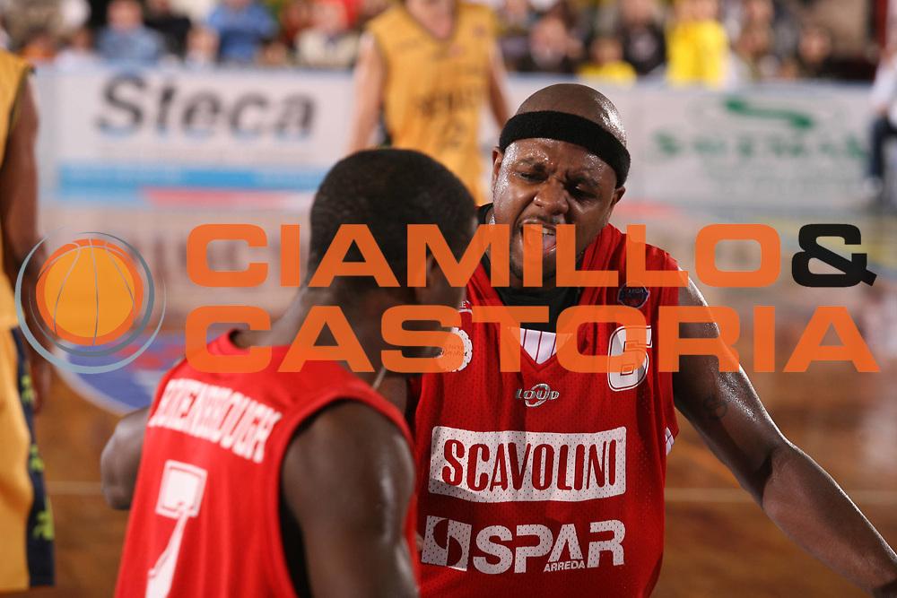 DESCRIZIONE : Porto San Giorgio Lega A1 2007-08 Premiata Montegranaro Scavolini Spar Pesaro <br /> GIOCATORE : Ronald Slay <br /> SQUADRA : Scavolini Spar Pesaro <br /> EVENTO : Campionato Lega A1 2007-2008 <br /> GARA : Premiata Montegranaro Scavolini Spar Pesaro <br /> DATA : 21/10/2007 <br /> CATEGORIA : Esultanza <br /> SPORT : Pallacanestro <br /> AUTORE : Agenzia Ciamillo-Castoria/G.Ciamillo