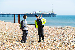 © Licensed to London News Pictures.04/04/2020. Brighton, UK. Members of the police can be seen talking to the public advising them that they can not sit down and have to keep moving in Brighton and Hove. Photo credit: Hugo Michiels/LNP