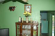 Kleines Wohnzimer  eines kubanischen Rentner-Ehepaares mit Jesus-Bild und Herz-Symbolen