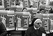 Roma, 1987 Piazza San Pietro.  Un gruppo di giovani  con i manifesti  con il ritratto di Papa Giovanni Paolo II, rivolto verso la finestra papale in attesa dell'angelus. .Rome, 1987 St. Peter's Square. A group of young people with the posters with the portrait of Pope John Paul II, facing the window waiting  the papal Angelus.