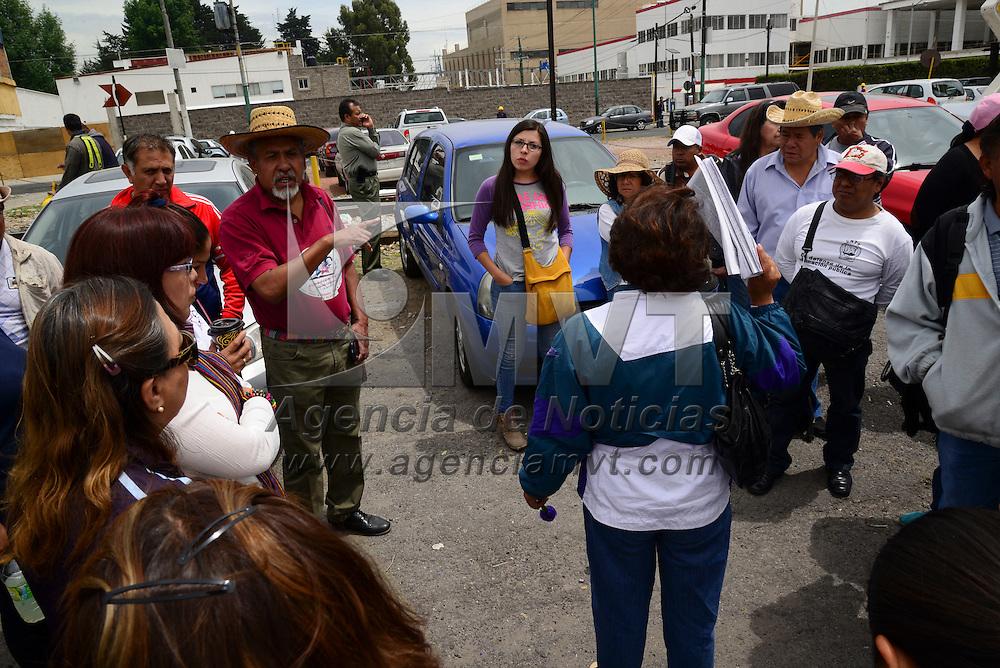 Toluca, México.- Alrededor de 200 maestros se manifestaron en la ciudad de Toluca en contra de la Reforma Educativa,  asegurando que hasta el momento se han dejado sin empleo a cerca de 50 mil maestros, de los cuales 5 mil son del Estado de México, entre sus peticiones esta la de reinstalación y pago de quincenas atrasadas a profesores que fueron dados de baja. Agencia MVT / Crisanta Espinosa