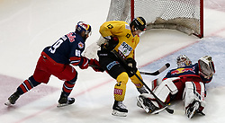12.04.2019, Albert Schultz Halle, Wien, AUT, EBEL, Vienna Capitals vs EC Red Bull Salzburg, Halbfinale, 7. Spiel, im Bild v.l. Florian Baltram (EC Red Bull Salzburg), Emil Romig (Vienna Capitals) und Stephen Michalek (EC Red Bull Salzburg) // during the Erste Bank Icehockey 7th semifinal match between Vienna Capitals and EC Red Bull Salzburg at the Albert Schultz Halle in Wien, Austria on 2019/04/12. EXPA Pictures © 2019, PhotoCredit: EXPA/ Alexander Forst