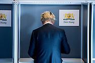 den haag - Fractieleider van geert wilders pvv brengt een stem uit tijdens het referendum over het associatieverdrag van de EU met Oekraine. op de basischool de walvis   beveiling beveiligers , bewaken , politie , politieagent , copyright robin utrecht rgverzekeraar, zorgverzekering, Zuid