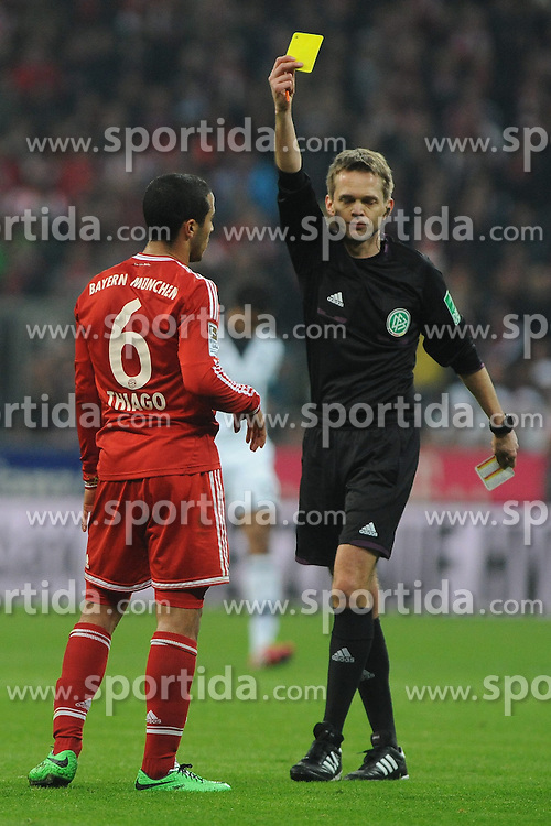 01.03.2014, Allianz Arena, Muenchen, GER, 1. FBL, FC Bayern Muenchen vs Schalke 04, 23. Runde, im Bild Gelbe Karte, Verwarnung, fuer Thiago Alcantara (FC Bayern Muenchen) // during the German Bundesliga 23th round match between FC Bayern Munich and Schalke 04 at the Allianz Arena in Muenchen, Germany on 2014/03/01. EXPA Pictures © 2014, PhotoCredit: EXPA/ Eibner-Pressefoto/ Stuetzle<br /> <br /> *****ATTENTION - OUT of GER*****