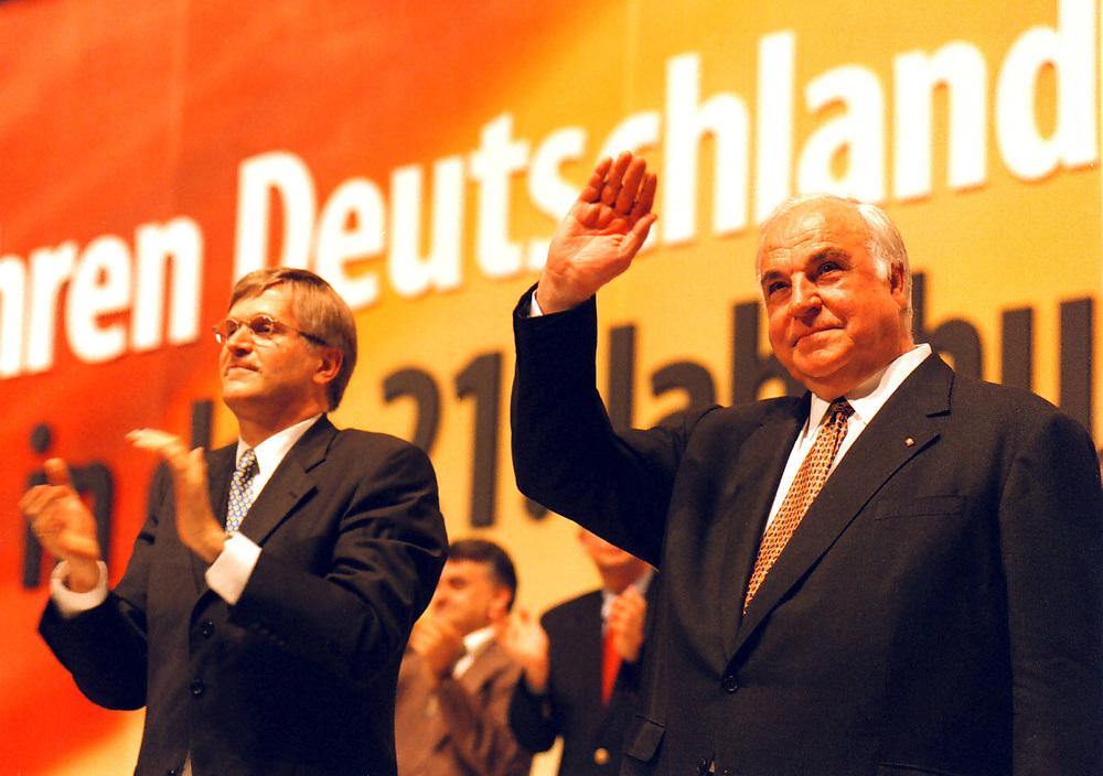 &copy;  christian  JUNGEBLODT.<br />CDU Bundesparteitag in Bremen 1998<br />DR. HELMUT KOHL , BUNDESKANZLER <br />und  Peter Hintze, Generalsekret&auml;r (l.) <br />Jubel nach Kohls  Rede...<br />Bremen 18.05.1998