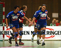 Håndball, 25. september 2002. Treningskamp, Norge - Jugoslavia 28-29. Ljiljana Knezevic (9) og Ivana Mladenovic, Jugoslavia, etter scoring. Bak Elisabeth Hilmo, Norge.