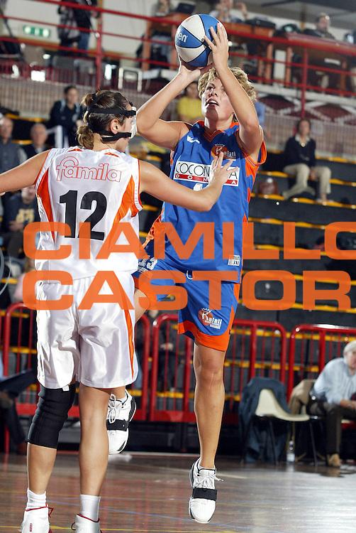 DESCRIZIONE : LA SPEZIA CAMPIONATO ITALIANO DI BASKET FEMMINILE LEGA A1 2004-2005<br />GIOCATORE : MARTINELLO<br />SQUADRA : COCONUDA MADDALONI<br />EVENTO : CAMPIONATO ITALIANO BASKET FEMMINILE LEGA A1 2004-2005<br />GARA : FAMILA SCHIO-COCONUDA MADDALONI<br />DATA : 17/10/2004<br />CATEGORIA : TIRO<br />SPORT : Pallacanestro<br />AUTORE : Agenzia Ciamillo-Castoria/L.VILLANI