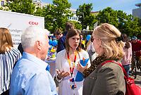 DEU, Deutschland, Germany, Berlin, 23.05.2019: Eine junge CDU-Wahlkampfhelferin im Gespräch mit Passanten bei einer Verteilaktion an einem Wahlkampfstand der CDU auf dem Wittenbergplatz anlässlich der bevorstehenden Europawahl.