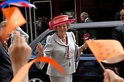 Her Majesty the queen was Wednesday 17 May present at the start of the jubilee programme on the occasion of the 50 year old existence of Singer Laren. The queen performs this day the official opening of the renewed garden room of the museum and she visits the jubilee at tone interview Singer Laren live ones!<br /> <br /> Hare Majesteit de Koningin was woensdag 17 mei aanwezig bij de start van het jubileumprogramma ter gelegenheid van het 50-jarig bestaan van Singer Laren. De Koningin verricht deze dag de offici&euml;le opening van de vernieuwde tuinzaal van het museum en zij bezichtigt de jubileumtentoonstelling Singer Laren Live!<br /> <br /> <br />  On the photo / Op de foto ; Arrival at Singer / Aankomst bij Singer