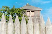 Palisaden, Limeswachturm Im oberen Haspel, UNESCO Welterbe Limes, Odenwald, Naturpark Bergstraße-Odenwald, Hessen, Deutschland | Limes watch tower, UNESCO World heritage site, Odenwald, Hesse, Germany