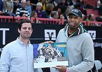 Basketball  1. Bundesliga  2016/2017  Hauptrunde  16. Spieltag  27.12.2016 Walter Tigers Tuebingen - MHP Riesen Ludwigsburg Ex Tigers Spieler Romeo Travis (re) und Hallensprecher Jens Leutenecker (li)