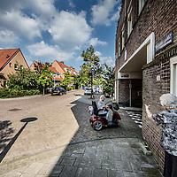 Nederland, Amsterdam, 30 augustus 2016.<br /> Betondorp Watergraafsmeer is een wijk met armoede.<br /> Op de foto: Sfeerimpressie in de Veeteeltstraat nabij de Brink..<br /> N.B. PERSOON OP DE FOTO HEEFT NIKS MET STREKKING VERHAAL TE MAKEN!<br /> <br /> Foto: Jean-Pierre Jans