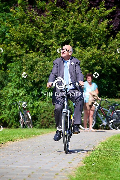 ZALTBOMMEL - Het NK tijdrijden is van start gegaan in Zaltbommel. Diversen amateurs, nieuwe en ook professionele wielrenners gaan hier van start vandaag. Met hier op de foto Burgemeester Albert van den Bosch die op zijn nieuwe fiets kwam kijken. FOTO LEVIN DEN BOER - KWALITEITFOTO.NL