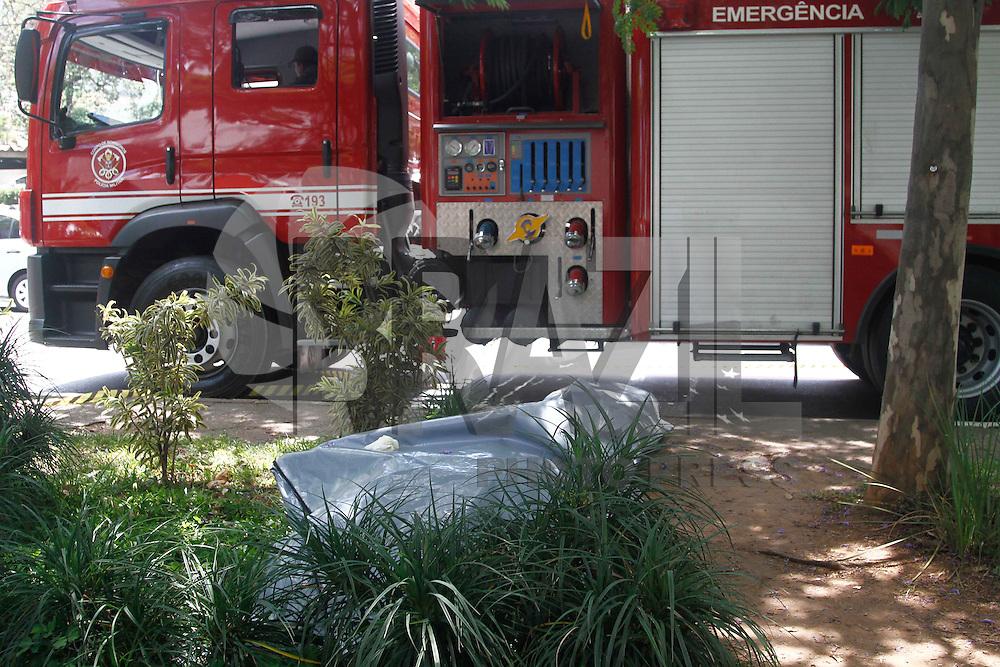 SAO PAULO, SP, 17.12.2013 - O Corpo de Bombeiros localizou, no come&ccedil;o da tarde desta ter&ccedil;a-feira (17), o corpo da digitadora Daniela Laud&iacute;sio dentro do c&oacute;rrego que passa sob o canteiro central da Avenida Engenheiro Luiz Carlos Berrini, na Zona Sul de S&atilde;o Paulo. Ela estava na garupa de uma moto, que colidiu com um ve&iacute;culo parado em um sem&aacute;foro, na noite de s&aacute;bado (14). Com o impacto, a digitadora foi lan&ccedil;ada dentro do c&oacute;rrego.<br /> A identifica&ccedil;&atilde;o do corpo, localizado nas imedia&ccedil;&otilde;es do n&uacute;mero 900 da Avenida Lu&iacute;s Carlos Berrini, foi feita por um cunhado, de acordo com a Pol&iacute;cia Civil.<br />   (Foto: William Volcov / Brazil Photo Press).