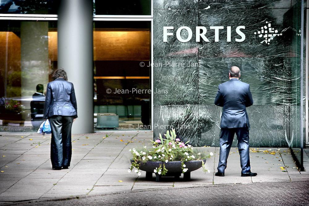 Nederland,Amsterdam ,29 september 2008..De hoofdingang van Fortis RBS bij het voormalige hoofdkantoor van ABN-Amro aan de Zuidas..The main entrance of Fortis RBS in the former headquarters of ABN-Amro in the financial district (Zuidas).