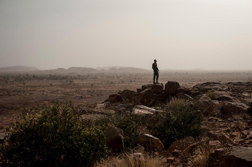 24/01/2013. Sevare, Mali. Militaires maliens en mission de sécurisation de l'aéroport de Sevare.  ©Sylvain Cherkaoui