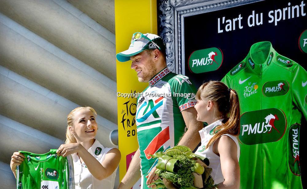 Chateauroux, Frankrike, 20080709:  Thor Hushovd t.v. spurter inn til fjerde plass og grønn trøye på den 5. etappen i Tour de France.  Her står han på podiet hvhor han mottar den grønne trøya.  ..Foto: Daniel Sannum Lauten/Dagbladet