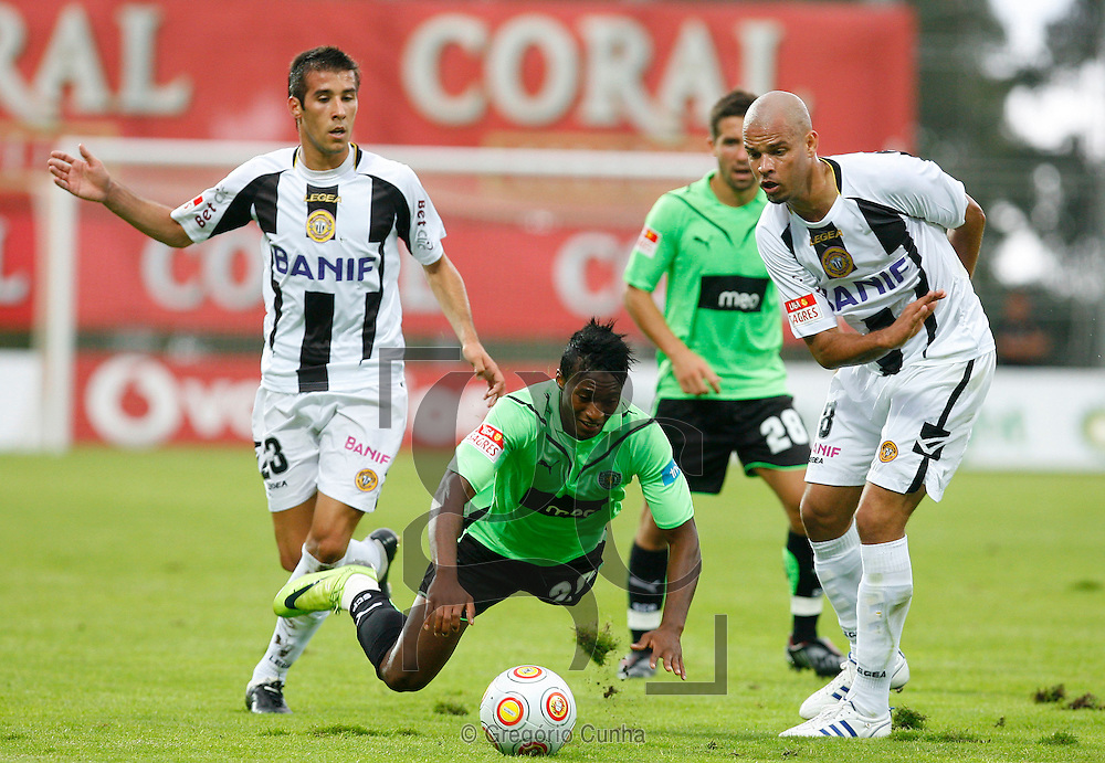 Portugal, FUNCHAL : Sporting's Yanick Djalo (C) vies with Nacional's Joao Aurelio (L) and Luis Alberto (R) during their Portuguese league football match at Madeira Stadium in Funchal, Madeira Island on August 15, 2009. PHOTO/ GREGORIO CUNHA