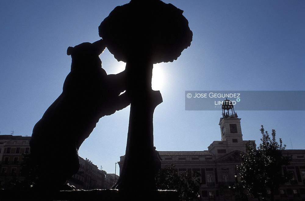 UN RECORRIDO POR EL MADRID DEL SIGLO XXI. EL OSO Y EL MADROÑO, EMBLEMAS DE LA CAPITAL MADRILEÑA CON LA TORRE DEL RELOJ AL FONDO EN LA PUERTA DEL SOL