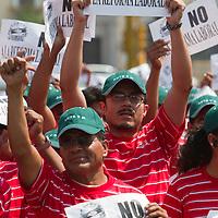 TOLUCA, Mexico.- Miles de trabajadores afiliados al Sindicato Unico de los Trabajadores de los Poderes, Municipios e Instituciones Descentralizadas del Estado de Mexico (Suteym) se pronunciaron en contra de la reforma a la Ley Laboral en la plaza civica de esta ciudad donde realizaron un mitin conmemorativo al dia del trabajo. Agencia MVT / Mario Vazquez de la Torre. (DIGITAL)