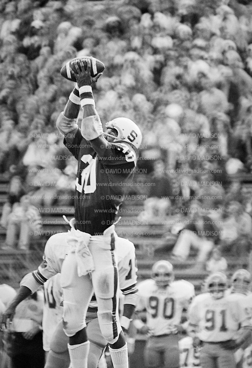 PALO ALTO, CA -  NOVEMBER 12:  Wide receiver James Lofton #30 of Stanford University makes a catch during an NCAA football game against the San Jose State Spartans played November 12, 1977 at Stanford Stadium on the campus of Stanford University in Palo Alto, California.  Lofton later played in the NFL and is a member of the Pro Football Hall of Fame. (Photo by David Madison/Getty Images) *** Local Caption *** James Lofton