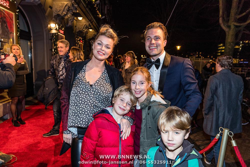 NLD/Amsterdam/20161222 - Première 32ste Wereldkerstcircus, Bridget Maasland met oa zoon Mees en vrienden