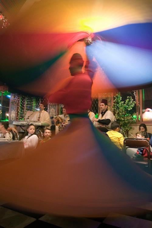 Traditional Syrian dance in a restaurant of Damascus.<br /> Ejecuci&oacute;n del baile tradicional sirio en el sal&oacute;n de un restaurante en Damasco (Siria). El bailar&iacute;n ejecuta 99 giros sobre si mismo, llegando hacia el final a un estado de comunicaci&oacute;n m&iacute;stica con Dios, seg&uacute;n cuenta la tradici&oacute;n.