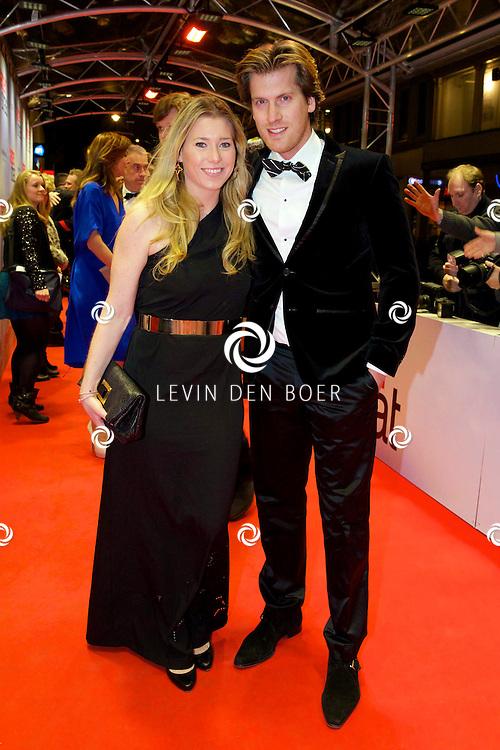 AMSTERDAM - In het Tuschinski theater is de nieuwe Nederlandse film 'Harten Straat' in premiere gegaan. Met op de rode loper   Nick Nielsen met partner. FOTO LEVIN DEN BOER - PERSFOTO.NU
