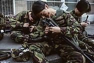 Hong Kong. Royal   regiment -  (volunteers)    / les femmes volontaires (civils avocats médecins etc. du Royal   régiment -  s'entrainent au maniement des armes dans leur base de happy valley en plein coeur de   / R00057/28    L940319a  /  P0000889