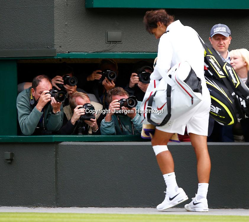 Wimbledon Championships 2013, AELTC,London,<br /> ITF Grand Slam Tennis Tournament, nach seiner Niederlage geht Rafael Nadal(ESP) mit gesenktem Kopf an den Fotografen vorbei,<br /> Ganzkoerper,Querformat,Emotion,Medien,Presse,