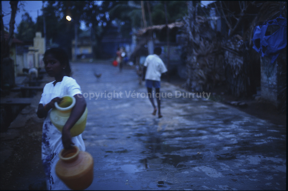 SOUS LE BAISER DE LA NUIT, LA BERGERE DE MAHABALIPURAM DEVIENT PRINCESSE<br /> <br /> AT DUSK IN MAHABALLIPURAM STREETS, INDIA // jeune fille a la corvee d'eau, Mahaballipuram, Inde du Sud