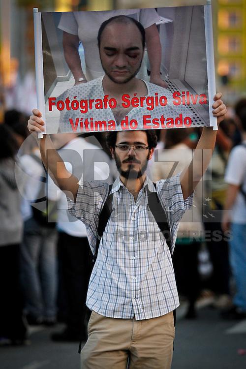 SÃO PAULO,SP,17 JUNHO 2013 - PROTESTO CONTRA AUMENTO TARIFA - Manifestantes realizam protesto contra o aumento da tarifa de ônibus para R$3,20 na Av. Faria Lima  em São Paulo, no final da tarde desta segunda- feira (17).FOTO ALE VIANNA - BRAZIL PHOTO PRESS