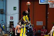 sutton sims rimbalzo<br /> vanoli cremona - dolomiti trento<br /> Legabasket Serie A 2017/18<br /> Brescia, 15/04/2018<br /> Foto G.Checchi / Ciamillo-Castoria