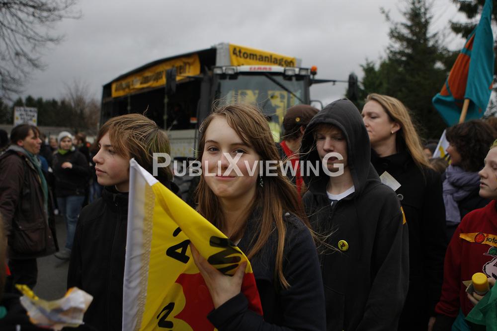 Am Morgen der Abfahrt des Castorzuges in Frankreich demonstrieren rund 1400 Sch&uuml;lerinnen und Sch&uuml;ler in L&uuml;chow. Das Motto im Jahr 2010 lautet: &quot;Je l&auml;nger die Laufzeiten, desto gr&ouml;&szlig;er unser Zorn!&quot; <br /> <br /> Ort: L&uuml;chow<br /> Copyright: Karin Behr<br /> Quelle: PubliXviewinG