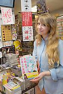 Åsa Ekström med sin mangabok i en butik i Tokyo. Åsa Ekström gör succé i Japan som mangatecknare.