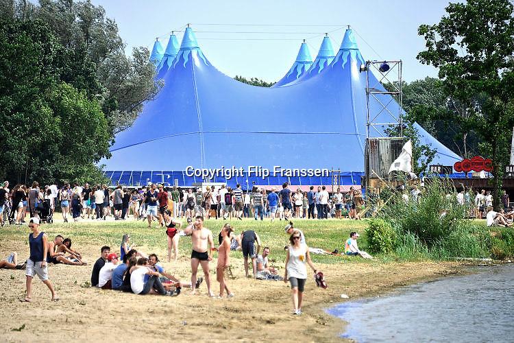 Nederland, Ewijk, 23-6-2017Vanmiddag begon het festival Down the Rabbit Hole , dtrh .  De band My Baby beet het spits af op het hoofdpodium .Foto: Flip Franssen