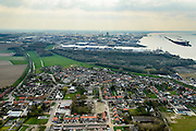 Nederland, Noord-Brabant, Gemeente Moerdijk, 01-04-2016; het dorp Moerdijk , met vlnr de Steenweg. Rechts het Hollandsch Diep, industrieterrein Moerdijk en geljknamige haven in de achtergrond.<br /> Moerdijk, village at Hollands Diep, border between Brabant and Holland.<br /> <br /> luchtfoto (toeslag op standard tarieven);<br /> aerial photo (additional fee required);<br /> copyright foto/photo Siebe Swart
