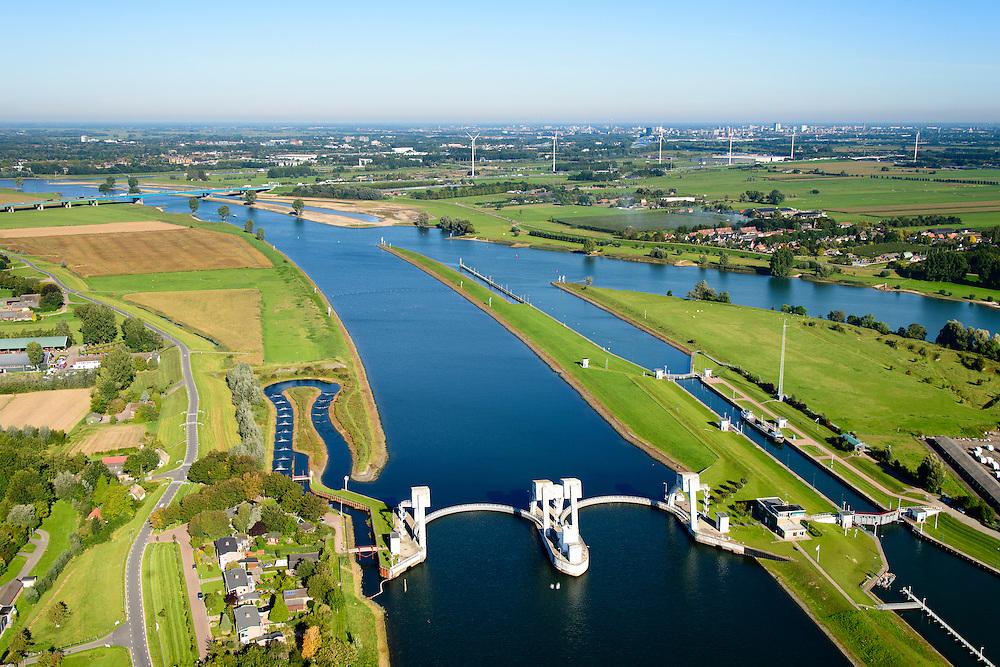Nederland, Zuid-Holland, Hagestein, 30-09-2015; stuw in de rivier de Lek, dient om het waterpeil in de rivier te reguleren en het scheepvaartverkeer mogelijk te maken. Als gevolg van de geringe wateraanvoer is de vizierschuif gesloten, vissen kunnen gebruik maken van de de vistrap (of vispassage). Maast de stuw de schutsluis voor de scheepvaart. <br /> Weir in the river Lek, regulates and manages the water level. The Lek is a rain river, with especially in the winter large amounts of water (melt water), in the summer there is a shortage of water, the weir ensures sufficiently high water level for shipping. Next to the dam fish ladder and shipping lock.<br /> luchtfoto (toeslag op standard tarieven);<br /> aerial photo (additional fee required);<br /> copyright foto/photo Siebe Swart