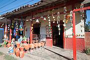 Locales típicos de La Arena de  Chitre provincia de Herrera. En estos se fabrican y venden artesanias, creadas por alfareros de la region. Panama, 10 de febrero de 2012. (Victoria Murillo/Istmophoto)