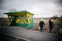 """Die Fahrkarte in den Krieg kostet 150 Hrywnja, also 7,64 Euro, Gepäck inklusive. Am Busbahnhof von Dnjepropetrowsk wartet ein museumsreifer Kleinbus russischer Produktion auf Reisende, die ins umkämpfte Donezk wollen – und er ist ausgebucht.<br /> <br /> Als sich der Bus langsam in Bewegung setzt und der Fahrer die Gänge ins Getriebe des schrottreifen Etalon hämmert, verschwimmen die Fragen, mit denen man sich tagelang zuvor beschäftigt hat. Das Stadtzentrum von Donezk sei sicher, hatten Kollegen erzählt.<br /> <br /> Die kugelsicheren Westen, eine Leihgabe der Kiewer Polizei, liegen jetzt im Rumpf des Busses verstaut. Da liegen sie gut, denkt man noch, während man von Schlaglöchern durchgeschüttelt wird.<br /> <br /> Hinter den beschlagenen Scheiben rasen die Ebenen des Donbass vorbei. Die Sonnenblumenfelder, die vor vier Monaten nach dem Abschuss des Fluges MH17 überall im Fernsehen zu sehen waren, sind längst abgeerntet.<br /> <br /> Die ukrainischen Checkpoints passieren wir ohne Probleme. Die Soldaten haben blaugelbes Klebeband um ihre Waffen gewickelt, als Selbstvergewisserung in Zeiten des Krieges. Es beginnt zu schneien. Gerippe von abgeknickten und verkohlten Strommasten erinnern daran, dass wir den Frieden nun endgültig hinter uns gelassen haben.<br /> <br /> Am Kontrollpunkt der pro-russischen Separatisten versperrt ein völlig zerschossener Reisebus die Hälfte der Straße. Alle Scheiben sind zerborsten, die Flanken des Wagens durchsiebt. Alle Männer im wehrfähigen Alter unter 60 Jahren müssen aussteigen und einem Mitvierziger in Fleckentarn ihre Pässe zeigen. Der gefällt sich sichtlich in der Pose des Kämpfers und streicht während der Kontrolle immer wieder über seine Kalaschnikow. Seine Zigarette hat er sich in den Mundwinkel geklemmt.<br /> <br /> Ohne Gepäckkontrolle dürfen wir den Checkpoint passieren. """"Banditen"""" zischt meine Busnachbarin. Bis Donezk sind es jetzt nur noch ein paar Kilometer. Wir haben den Krieg noch nicht gesehen, aber im Bus hat jetz"""