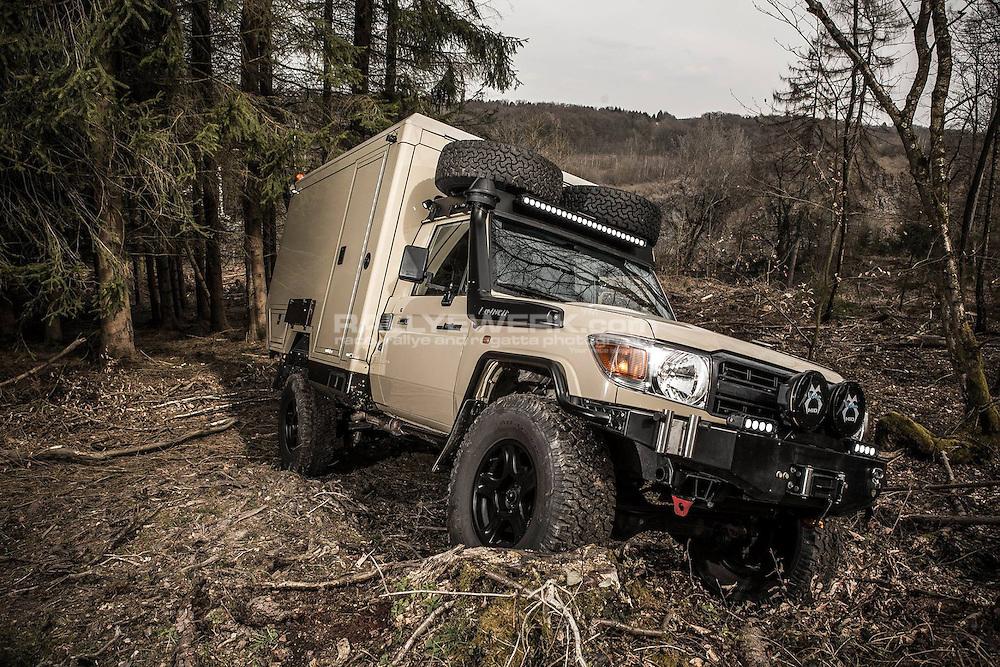 Ein Sonderfahrzeug der Extraklasse<br /> F&uuml;r einen Kunden in der Mongolei hat Malte Asmus eine Kleinserie Toyota Landcuiser GRJ79 Maltexplorer individuell geplant und gefertigt. <br /> <br /> Der GRJ 79 war die Ausgangsbasis. <br /> Der Leiterrahmen wurde zwischen den Achsen verl&auml;ngert um einen Radstand von 3400mm zu bekommen. Die Hinterachse wurde zwecks besserer Verschr&auml;nkung und erh&ouml;htem Fahrkomfort von den originalen Blatfedern &quot;befreit&quot; und auf Schraubenfedern umger&uuml;stet.<br /> F&uuml;r den n&ouml;tigen Fahrspass verpasste Malte dem 4.0L V6 Motor einen Kompressor von TRD mit Ladeluftk&uuml;hler...