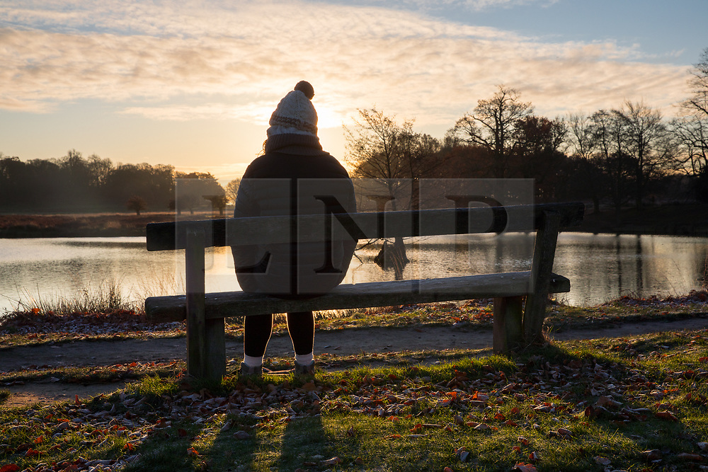 © Licensed to London News Pictures. 30/11/2017. London, UK. Sunrise in Richmond Park this morning, as temperatures dropped to 0 degrees celcius in the capital last night. Photo credit : Tom Nicholson/LNP