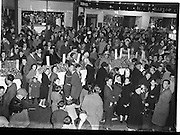 23/10/1958<br /> 10/23/1958<br /> 23 October 1958<br /> M. and P. Hanlon Ltd. shellfish display stall on Moore Street, Dublin. View of stalls and crowds on Moore Street.