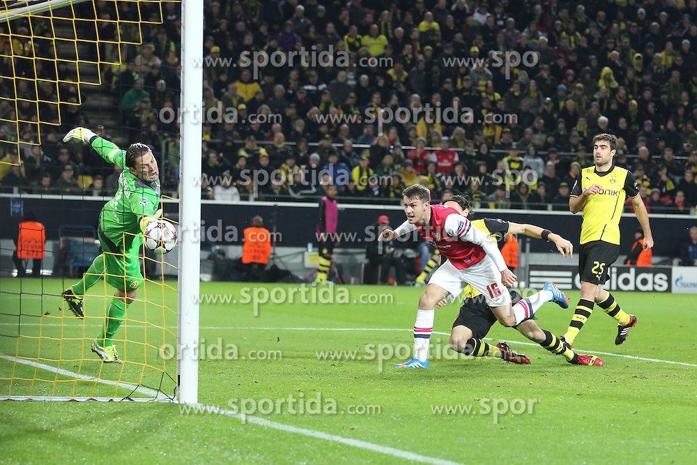 06.11.2013, Signal Iduna Park, Dortumd, GER, UEFA CL, Borussia Dortmund vs FC Arsenal, Gruppe F, im Bild Aaron Ramsey #16 (Arsenal FC) mit dem Fuehrungs Kopfball Treffer, Tor zum 1:0, Torwart Roman Weidenfeller #1 (Borussia Dortmund) ohne Chance, Aktion, Action<br /> <br /> Aaron Ramsey #16 (Arsenal FC) scoring with, header for the lead // UEFA Champions League group A match between Borussia Dortmund and Arsenal FC at the Signal Iduna Park in Dortumd, Germany on 2013/11/06. EXPA Pictures &copy; 2013, PhotoCredit: EXPA/ Eibner-Pressefoto/ Schueler<br /> <br /> *****ATTENTION - OUT of GER*****