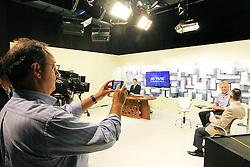 O coodenador de campanha, Vieira da Cunha fotografa o candidato à reeleição pelo PDT em Porto Alegre, José Fortunati, durante visita a TVE. FOTO: Jefferson Bernardes/Preview.com
