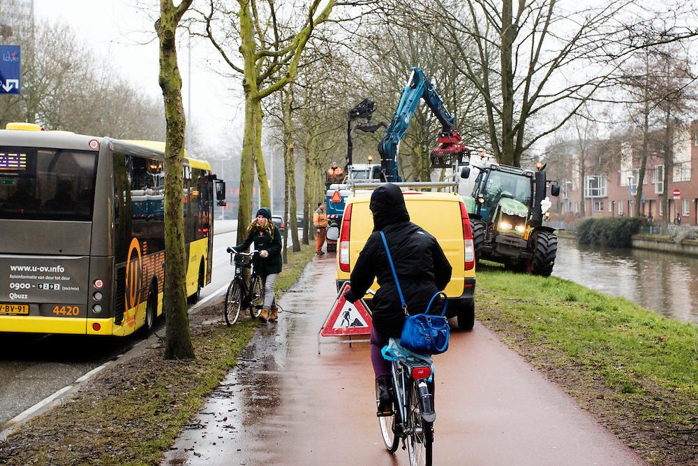 In Utrecht moeten fietsers op het fietspad uitwijken naar de natte berm omdat de naastgelegen sloot uitgebaggerd wordt.<br /> <br /> In Utrecht cyclists on the cycle path should swerve to the wet roadside because the adjacent ditch is dredged.