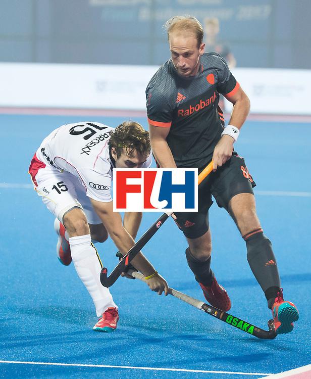 BHUBANESWAR - Billy Bakker (Ned) in duel met Manu Stockbroekx (Bel)  tijdens de Hockey World League Final wedstrijd Belgie-Nederland (3-0).   COPYRIGHT KOEN SUYK